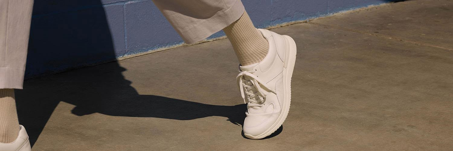 Recycles shoes: a white sneaker walking